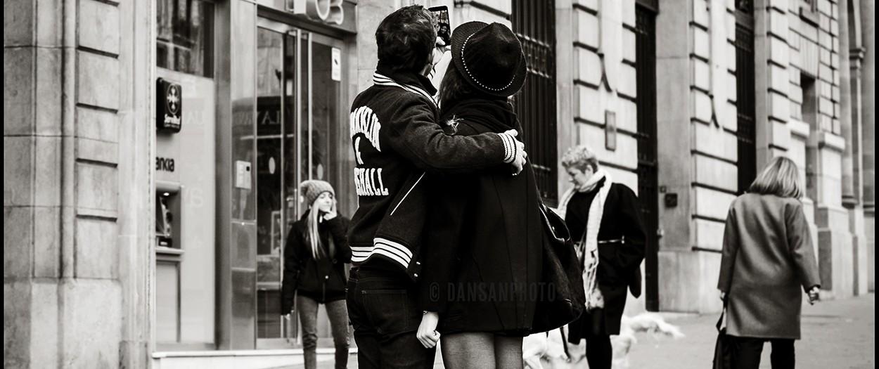 Cargar película, salir a la calle a fotografiar, revelar, ver negativos y copiar